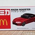我是米特 台灣美食親子部落客©MEAT76 【麥當勞玩具】2017-12-13 Tomica多美小汽車:Mazda Roadster 紅色敞篷車,車頂可拆卸超好玩!011.jpg