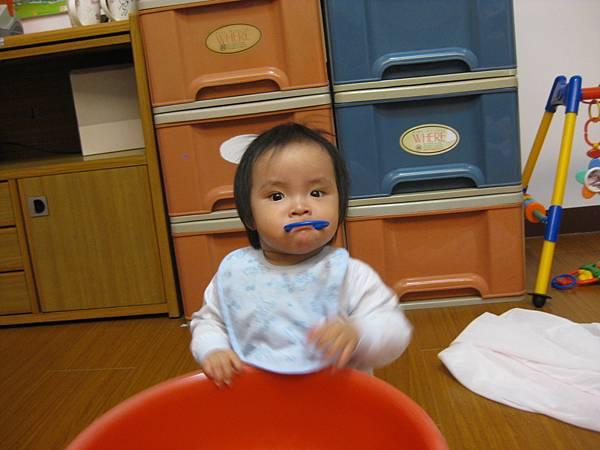 寶寶發燒仍然愛搞笑.JPG