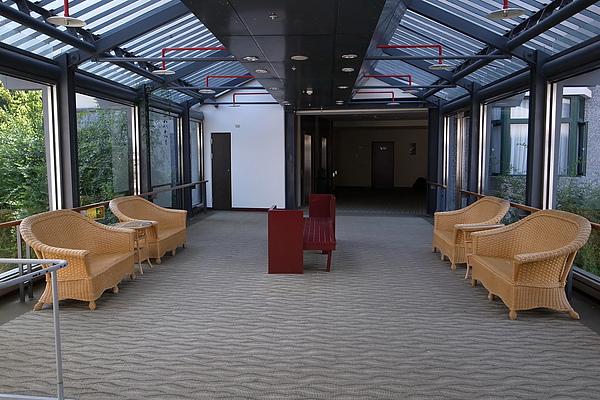 兩棟樓有陽光走廊相連