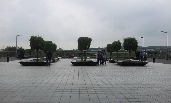 後面的空中花園還蠻廣的