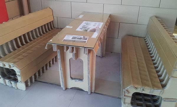 紙做的餐桌椅