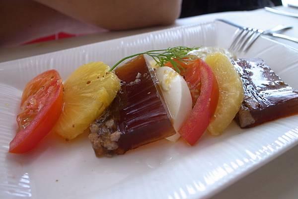 沙拉-晶鑽牛肉凍,白奶酪,黃鳳梨,紅蕃茄,咖啡色是牛肉凍