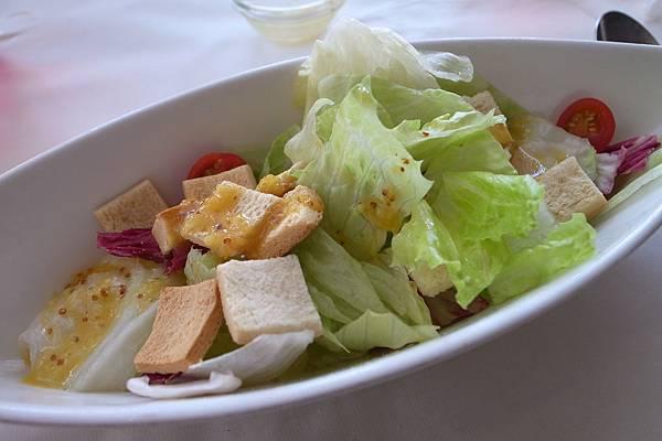 蘿美生菜沙拉,生菜很鮮脆,搭配油醋醬十分清爽