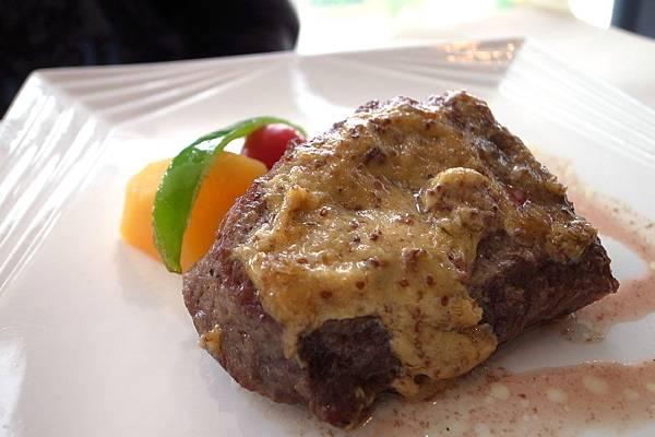 主餐-芥末子牛排,口感叫有嚼勁,牛肉本身的味道都被醬所搶,我不喜歡