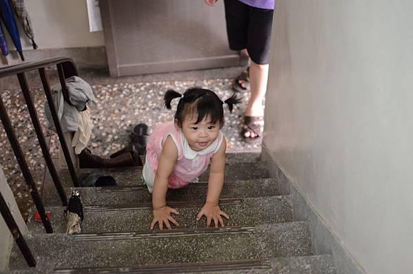 學會爬樓梯了