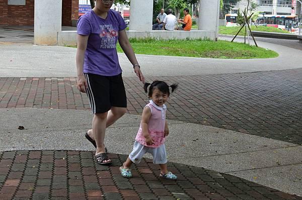 在公園練走路