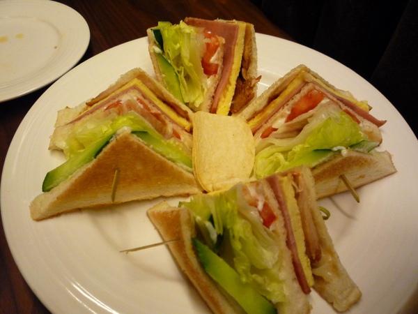 我點的總匯三明治,份量好大!