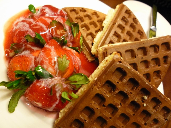 小花點的草莓鬆餅,份量更大!