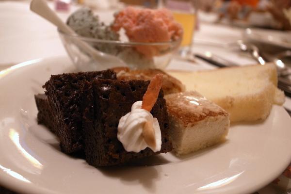 巧克力布朗尼濃而不膩,微苦,好吃