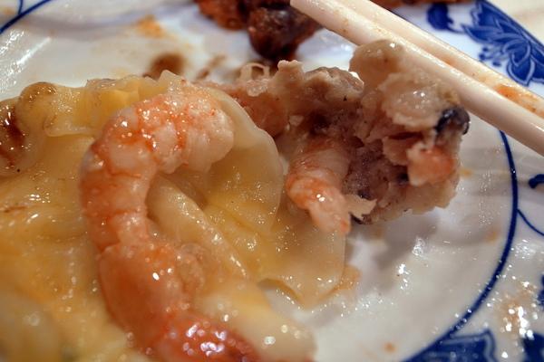 除了上面的蝦之外,餡也是一堆蝦