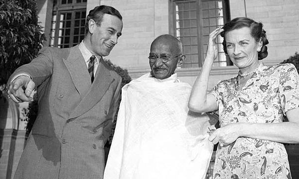 Lord-Louis-Mountbatten-and-Lady-Edwina-with-Mahatma-Gandhi-at-the-Viceroy-House-in-1947.jpg