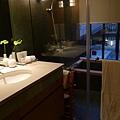 老爺大飯店(3)-房間內也可以泡湯,要記得把窗簾拉上喔^^