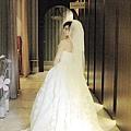 這套白紗,是新郎送給新娘的禮物