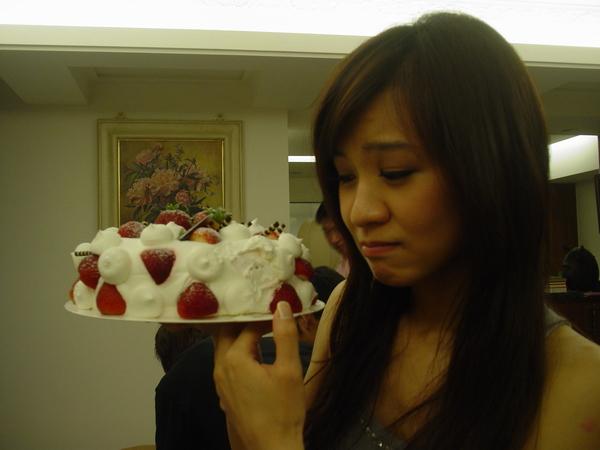 被糖糖咬掉一口的生日蛋糕