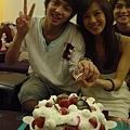 兩個壽星一起切蛋糕~~~後面的背後靈也太會搶戲了