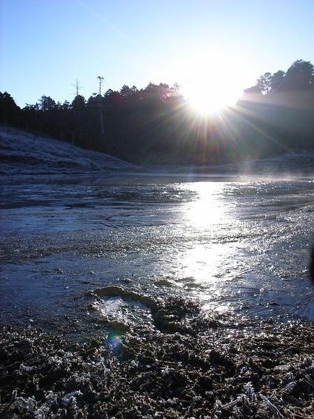 湖面都結冰了