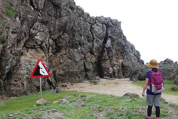 IMG_0964靜惠姐正認真的觀看著珊瑚礁岩.JPG