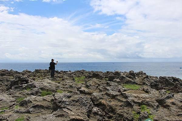 IMG_1064站在珊瑚礁兒上的劉老師.JPG