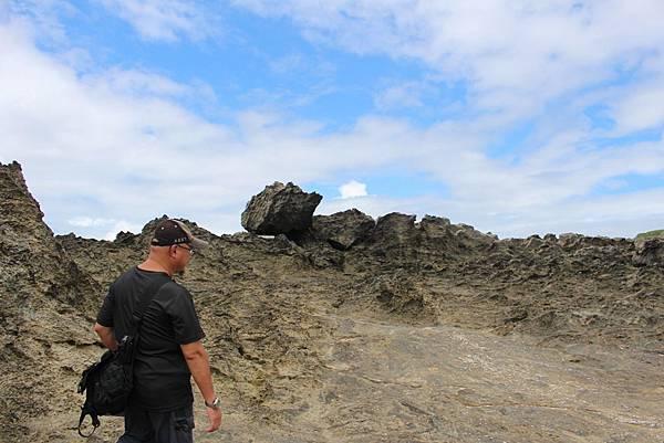 IMG_1047遠處跌落的珊瑚礁石也就是龍坑最主要的景觀「崩崖」現象。因為在海浪衝擊、侵蝕及重力拖拉,使礁岩形成破裂、崩離、滾落。滾落可能到懸崖下,也有可能因為崩落位子的不同,形成階梯狀的特殊崩崖地貌。龍坑生態保護區暑假可申請導覽人員,專業人員帶領會讓我了解、看到地方最可貴的價值。.JPG