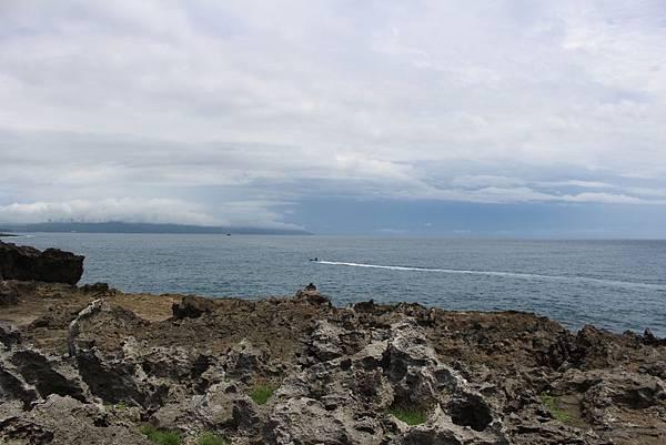 IMG_1071巴士海峽上的漁船與遠處的出風鼻。.JPG