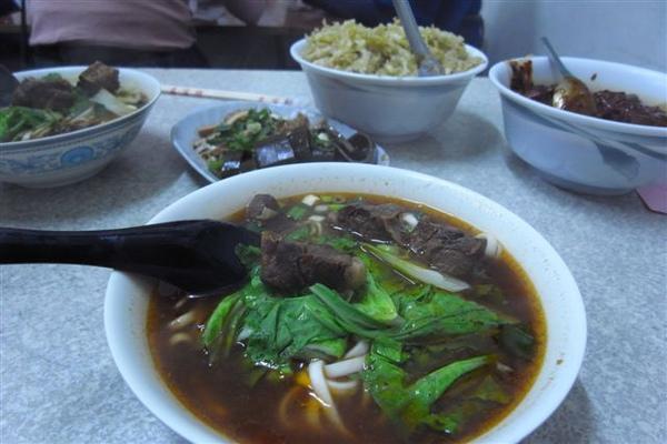 中餐--銅鑼知名牛肉麵店-韓香村