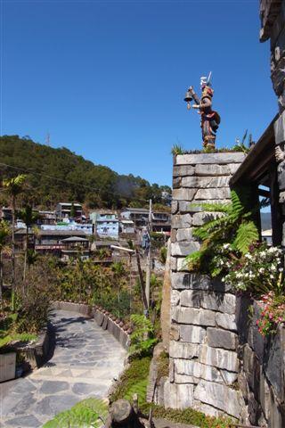 從上方遠望村落;右邊雕像手上所拿著的鈴鐺是會響的喔