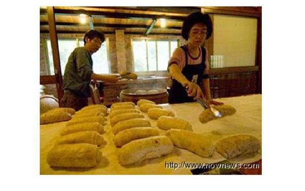 老五民宿不是饅頭店,但卻以磚窯燒柴的手工超大饅頭聞名