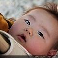 父親懷裡愛笑的小娃兒