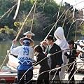 在神社舉行完婚禮正要搭船離開的新人