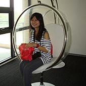 美女坐法國椅