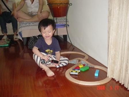 小男孩對鐵軌總是沒有道理的喜歡