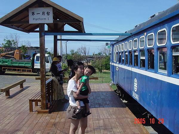 在超貴的台灣牛前的小火車被媽咪強吻
