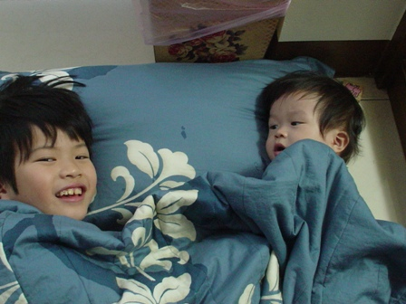 兩個兄弟給我拿被子枕頭躺在地上玩樂