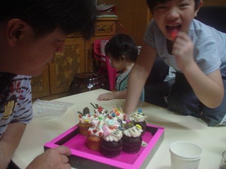 老爸的蛋糕-吃的津津有味