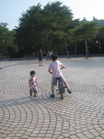 少爺努力的學騎腳踏車、小虎努力的跑跑跑跑