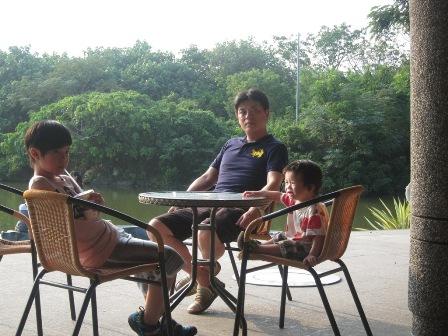父子三人都累了~休息吧^^