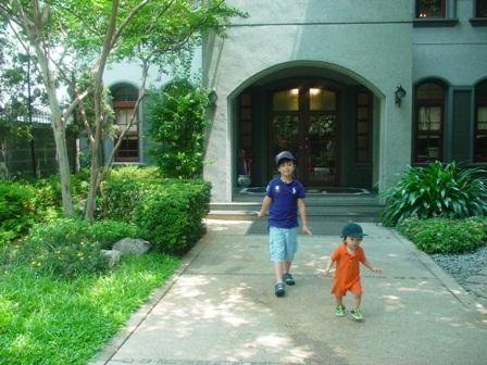 中山招待所門口的兩隻幸福小子