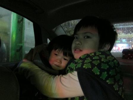 外頭洗車的時候,讓哥哥保護害怕的弟弟