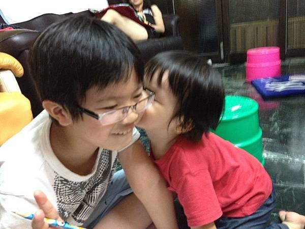 難得的兄弟親吻照