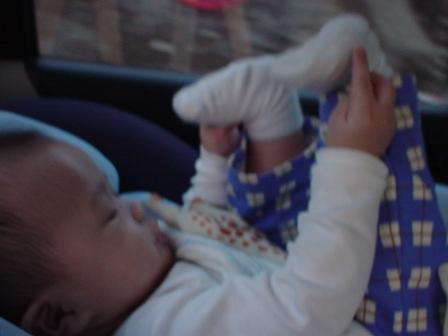 車上做著抬腳運動