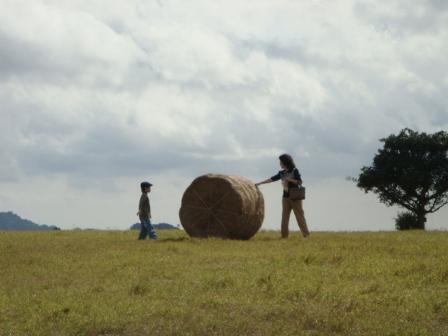 跟爺爺推稻草呢