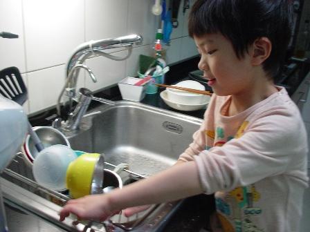 開始練習洗碗囉