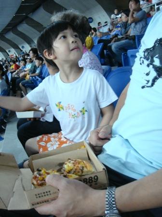 第一次看飛盤賽的少爺還很開心的喀pizza