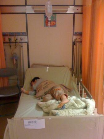 可憐兮兮的躺在病床上