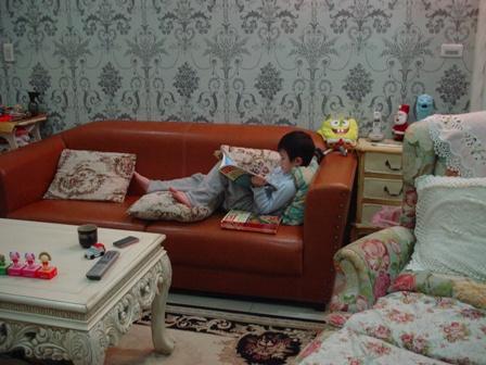 窩在客廳看書的寬..認真貌