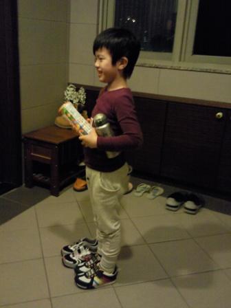 一口氣買了兩雙鞋的少爺..很滿足