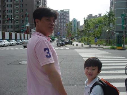 跟爸比要過馬路到學校囉