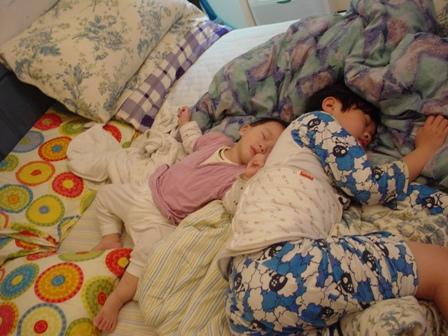 兩兄弟的睡姿都不甚優雅