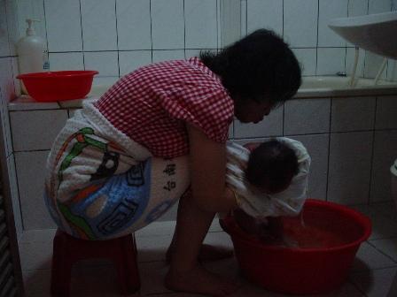 奶奶幫小虎洗澡