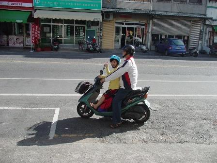爺爺在大熱天接送少爺到處上課
